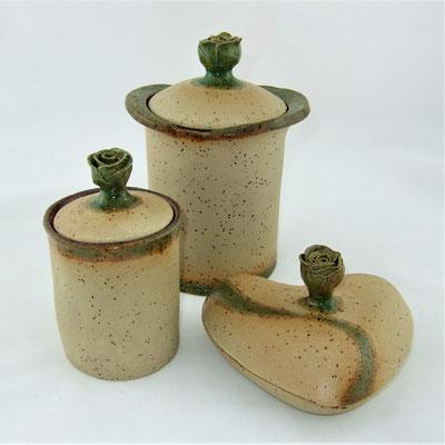 Dosen, Deckel mit Röschen-Knopf, Oberfläche teilstrukturiert, außen grün-türkis und innen braun-rot glasiert;  lovely-cera ~ schöne Keramik-Kunst Nürnberg