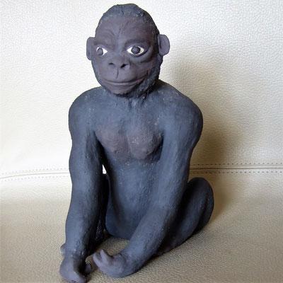 junger Keramik-Gorilla, engobiert;  lovely-cera ~ schöne Keramik-Kunst Nürnberg