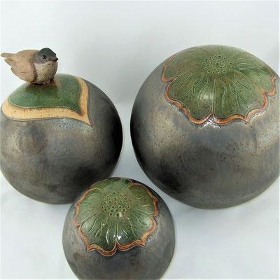 Deko-/Gartenkugeln mit Mönchsgrasmücke, geritzt, teils engobiert und grün bzw. anthrazitfarben glasiert;  lovely-cera ~ schöne Keramik-Kunst