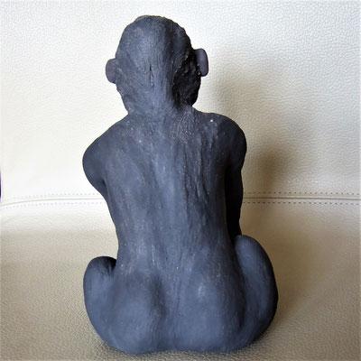 junger Keramik-Gorilla, engobiert, Rückenansicht;  lovely-cera ~ schöne Keramik-Kunst Nürnberg