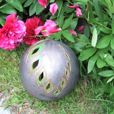 Deko-/Windlicht-/Gartenkugeln, geritzt und grün bzw. anthrazitfarben glasiert;  lovely-cera ~ schöne Keramik-Kunst