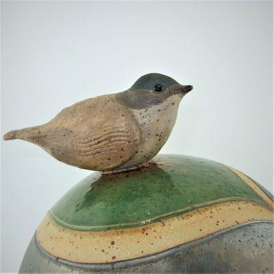 Deko-/Gartenkugel mit Mönchsgrasmücke, geritzt, teils engobiert und grün bzw. anthrazitfarben glasiert;  lovely-cera ~ schöne Keramik-Kunst