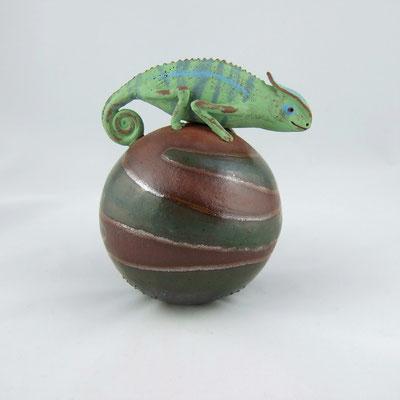 Keramik-Chamäleon auf einer Kugel;  lovely-cera ~ schöne Keramik-Kunst Frankenwald