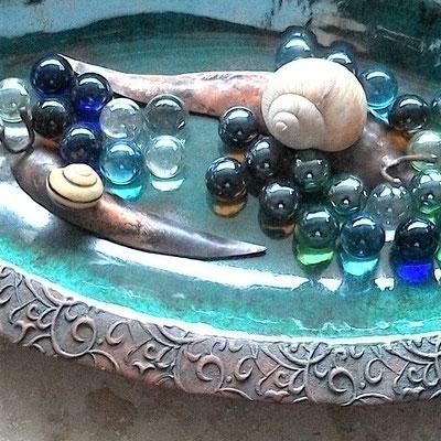 Schiffsschale, türkis-glänzend glasiert mit Deko-Beispiel;  lovely-cera ~ schöne Keramik-Kunst