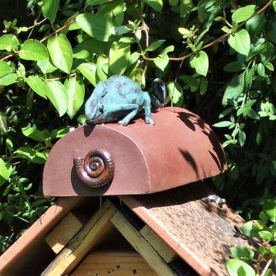 Keramik-Chamäleon auf Firstdachziegel eines Insektenhotels;  lovely-cera ~ schöne Keramik-Kunst Frankenwald