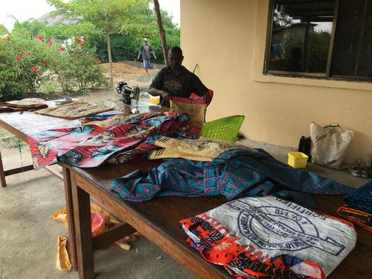 der Schneider aus dem Dorf an der Arbeit, er wird unser Personel und die Klienten in die Kunst des Nähens einführen