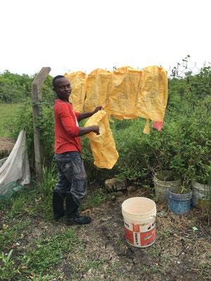 Abdalla vom wäscht die ersten Zementsäcke aus, in Zukunft werden ihm die Klienten helfen oder die Arbeit übernehmen.