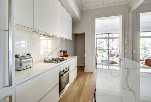 Création d'une cuisine Design à Bordeaux par MP intérieurs, Architecte d'intérieur à Bordeaux (33) : circulation facilité.