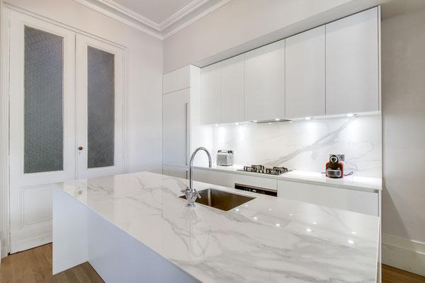 Création d'une cuisine Design à Bordeaux par MP intérieurs, Architecte d'intérieur à Bordeaux (33) : éclairage optimisé.