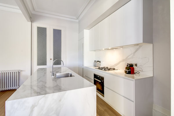 Création d'une cuisine Design à Bordeaux par MP intérieurs, Architecte d'intérieur à Bordeaux (33) : accès par le salon.
