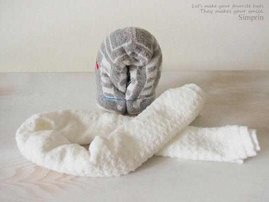 ③ もうひとつのタオルを細長くたたみます。