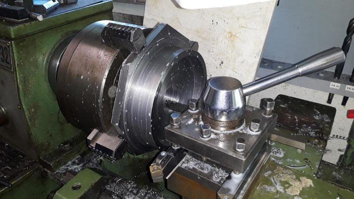 Drehen der Räder aus einem 50 mm starken Stahlblech.
