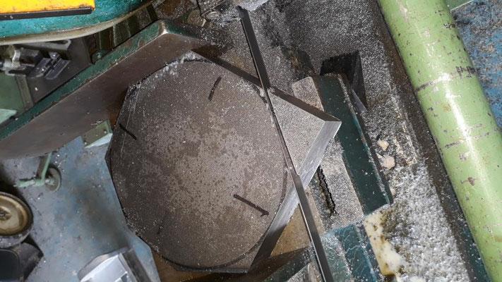 Vorschneiden der Räder auf der Bandsäge. Das Rohgewicht des 50 mm Bleches betrug 136 kg.