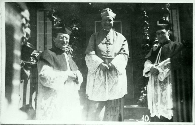 Besuch von Bischof Dr. Christian Schreiber 1931 - vor dem Katholischen Pfarrhaus