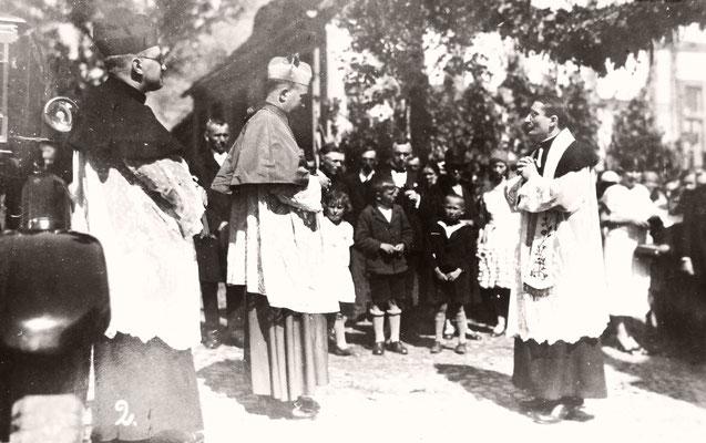 Besuch von Bischof Dr. Christian Schreiber 1931 - vor der Rosenkranzkapelle