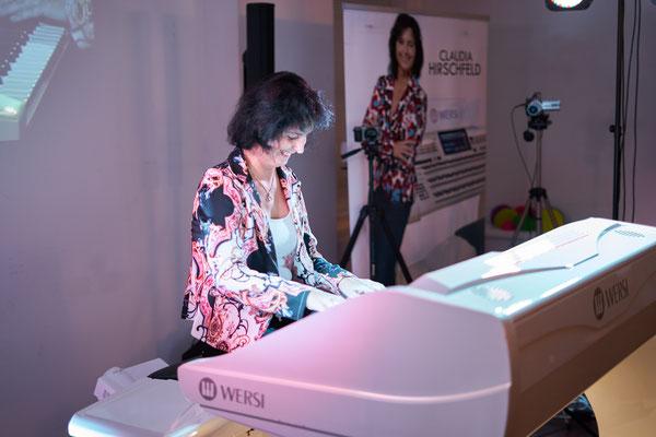 Claudia Hirschfeld. Und ihre WERSI Sonic OAX-1000. Eröffnungskonzert WERSI Leipzig - Stefan Baumgarth, 19.10.2018. Foto: Robert Soujon.