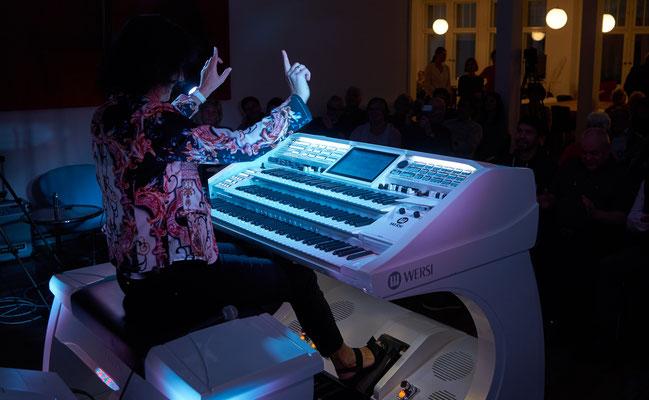 Claudia Hirschfeld. Die WERSI Sonic OAX-1000 im Bühnenlicht. Eröffnungskonzert WERSI Leipzig - Stefan Baumgarth, 19.10.2018. Foto: Robert Soujon.
