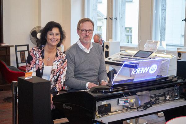 Claudia Hirschfeld und Ulrich Wildhack an der WERSI SONIC OAX-700. WERSI Leipzig - Stefan Baumgarth, 19.10.2018. Foto: Robert Soujon.
