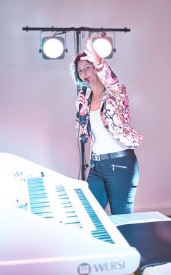 Claudia Hirschfeld. Interaktiv mit dem Publikum. WERSI Sonic OAX-1000. Eröffnungskonzert WERSI Leipzig - Stefan Baumgarth, 19.10.2018. Foto: Robert Soujon.