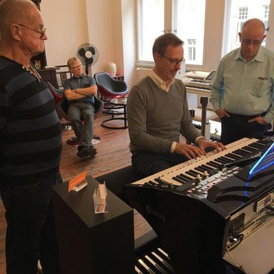 Ulrich Wildhack präsentiert die WERSI SONIC OAX-700. WERSI Leipzig - Stefan Baumgarth, 19.10.2018. Foto: Stefan Baumgarth.