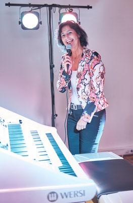 Claudia Hirschfeld. Die Moderatorin. Eröffnungskonzert WERSI Leipzig - Stefan Baumgarth, 19.10.2018. Foto: Robert Soujon.