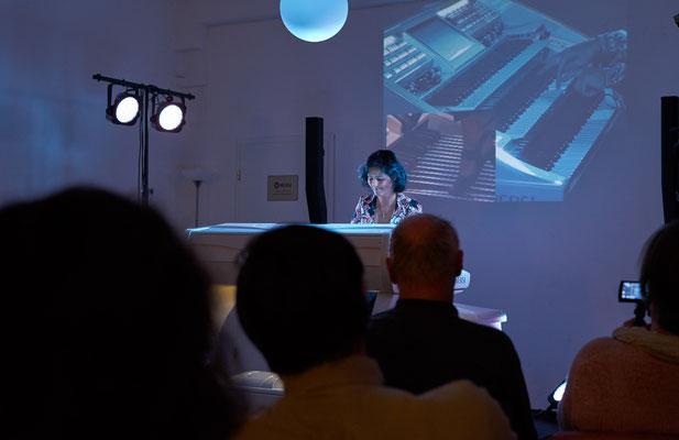Claudia Hirschfeld. In beeindruckender Bühnenstimmung. Eröffnungskonzert WERSI Leipzig - Stefan Baumgarth, 19.10.2018. Foto: Robert Soujon.
