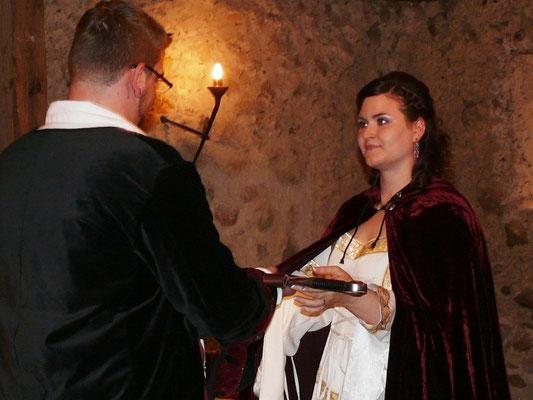 Mittelalterlich: traditionelle Schwertübergabe