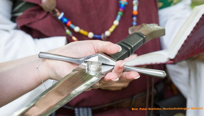 Eine alte Tradition: Ringübergabe auf dem Schwert... Bild: Peter Grietzke, Hochzeitsfototgraf Adliswil