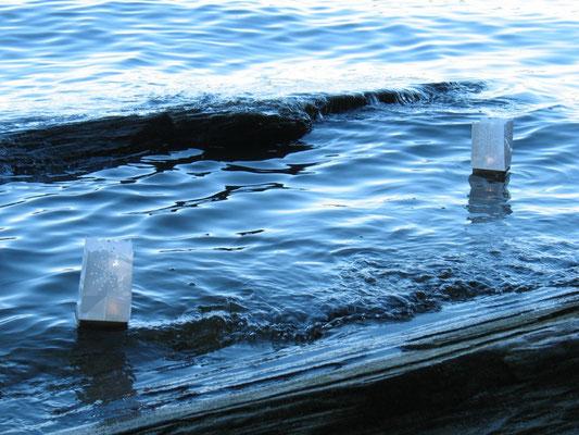 Unsere Wünsche begleiten die Licht-Laternen aufs offene Wasser...