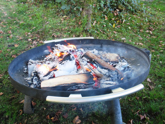 Abschiedsbriefe werden dem Feuer übergeben...