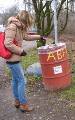 Es gibt Dinge, die gehören einfach nur in einen Abfalleimer... ;-)