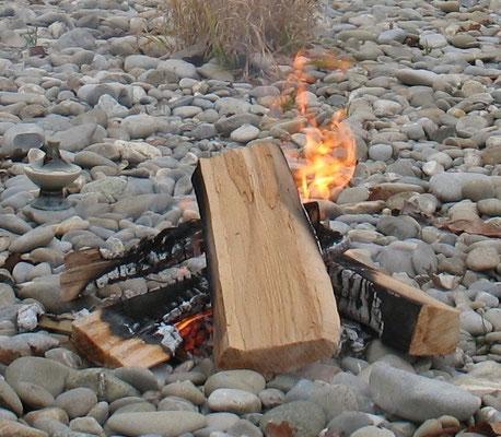 Feuer nimmt und gibt gleichzeitig