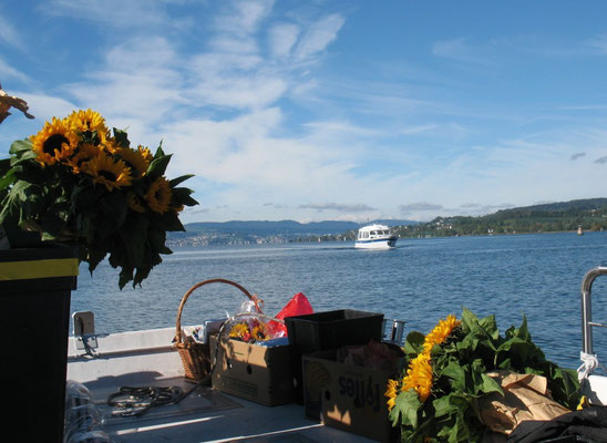 Anfahrt zur Abschieds-Zeremonie auf einer Insel