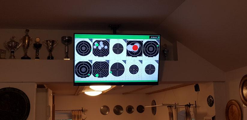 Zwei große Fernseher im Aufenthaltsbereich. Das gerade geschossene Ergebnis wird in Echtzeit angezeigt!