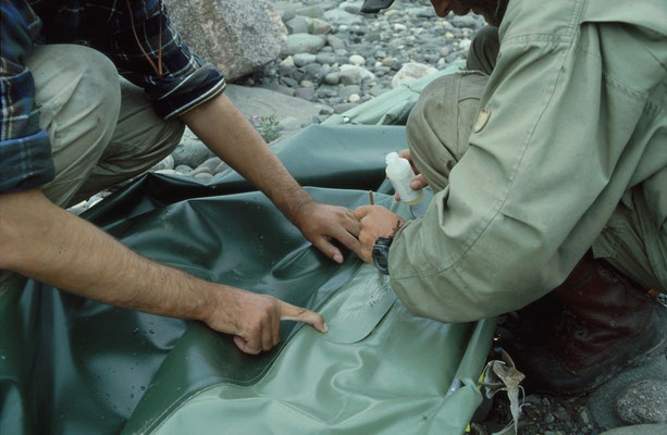 Klebeflicken und Bootshaut mit Schleifpaier anschleifen und mit Kleber bestreichen