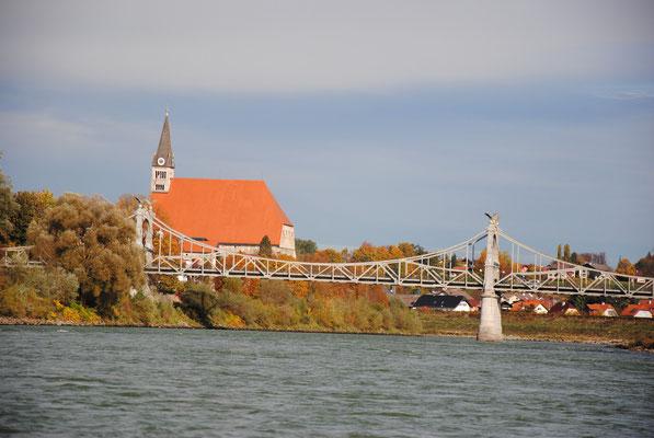 Kirche von Laufen mit Brücke nach Oberndorf