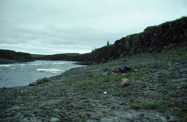 Scharfes Gestein am Uferbereich
