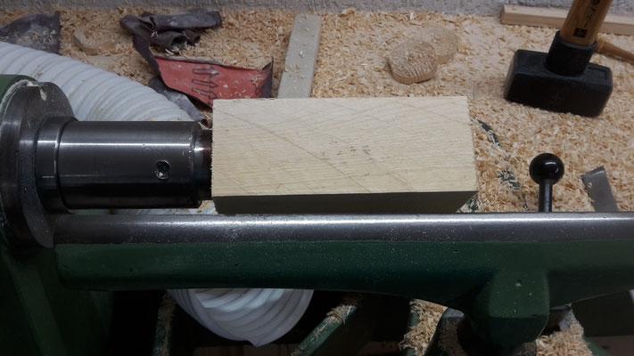 Erster Schritt: Holz an die Drechselbank anschlagen (Foto D. Mohr)