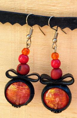 Boucle d'oreille pendentif ornée de chambre à air composée d'un mélange de perles aux tons rouge et orange.