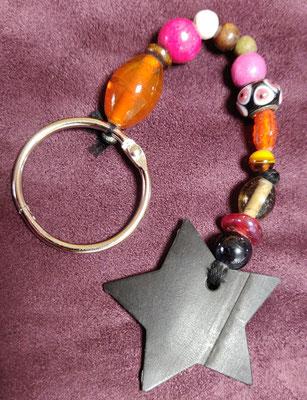 porte clé étoile en perles de couleur rose, orange et marron.