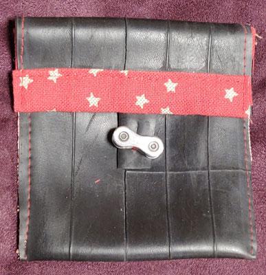 porte monnaie en chambre à air de vélo décoré de tissu rouge à motif étoile et fermé par un maillon de chaine