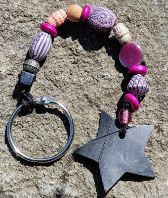 porte clé étoile en perles de couleur mauve, violet et fushia.