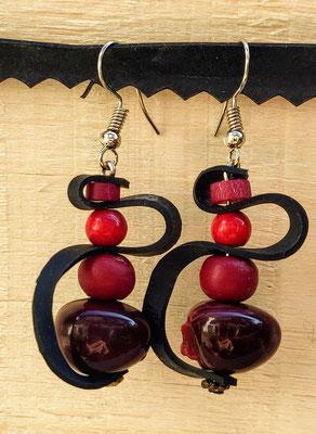 Boucle d'oreille pendentif ornée de chambre à air composée d'un mélange de perles dans les tons prune et rouge.
