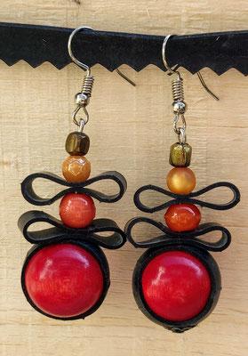 Boucle d'oreille pendentif ornée de chambre à air composée d'un mélange de perles dans les tons rouge, orange, jaune et métal.