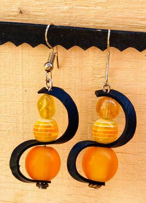 Boucle d'oreille pendentif ornée d'une vague de chambre à air composée d'un mélange de perles dans les tons jaunes.
