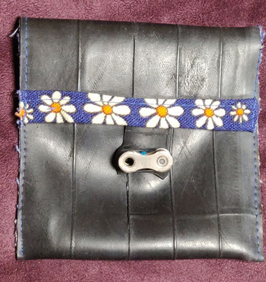porte monnaie en chambre à air de vélo décoré de tissu bleu à motif marguerite et fermé par un maillon de chaine