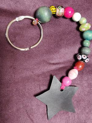 porte clé étoile en perles de couleur rose, vert, gris.