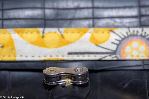 porte monnaie en chambre à air de vélo décoré de tissu à motifs jaunes et fermé par un maillon de chaine