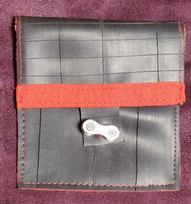 porte monnaie en chambre à air de vélo décoré de tissu uni orange et fermé par un maillon de chaine