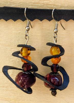 Boucle d'oreille pendentif ornée d'une vague de chambre à air composée d'un mélange de perles aux tons prune, orange et jaune.